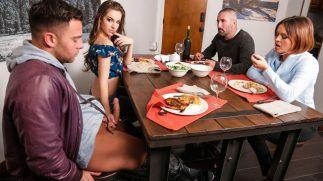 Dinamik Yarağa Yemek Masasında Sarılınca Ortalık Karıştı