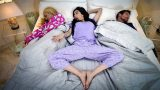 Tutucu Ailesinin Yatak Odasına Baskın Yaparak Zevk Yaşıyor