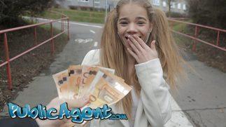 Parayla Kandırdığı Toy Kızı Tenha Bir Kabine Götürerek Sikti